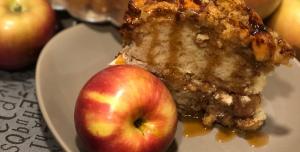 Gâteau aux pommes et au caramel salé